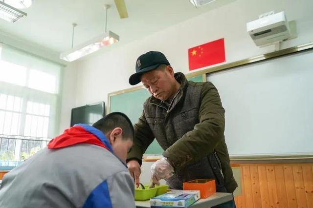 孙子自闭症,爷爷在特殊学校陪读9年,却成了127个孩子的爷爷……