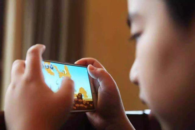 """宝宝一玩手机就""""安静""""?警惕手机自闭症,当心语言发育退化"""